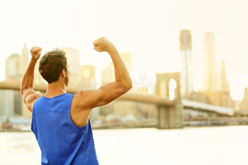 Homem cheering de vencimento da aptidão do sucesso em New York fotografia de stock