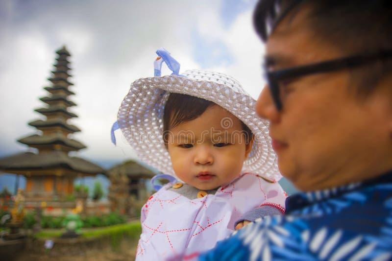 Homem chinês asiático feliz e orgulhoso novo como o pai de amor que guarda o bebê adorável da filha durante a visita da excursão  imagens de stock