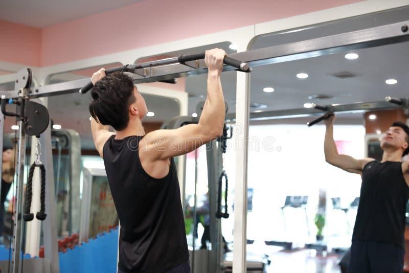 Homem chinês asiático no treinamento de ŒGym do ¼ do ï do gym Poder, halterofilismo foto de stock