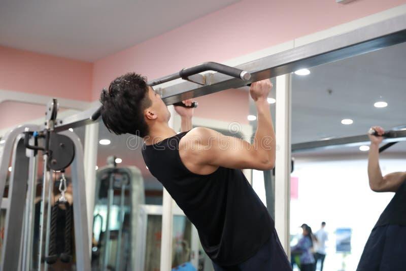 Homem chinês asiático no treinamento de ŒGym do ¼ do ï do gym Poder, halterofilismo imagens de stock royalty free