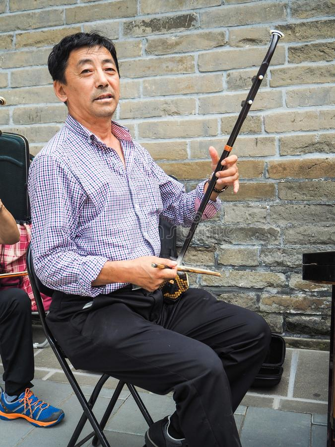 Homem chinês que joga o violino chinês imagem de stock