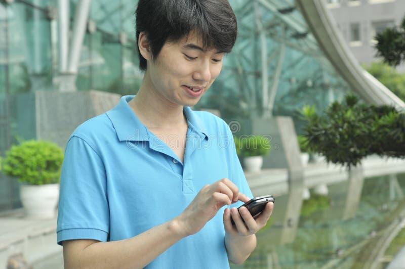 Homem chinês que usa o telemóvel fotos de stock royalty free