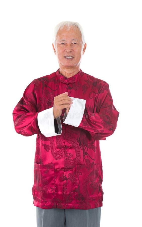 Homem chinês superior asiático que comemora o ano novo lunar foto de stock