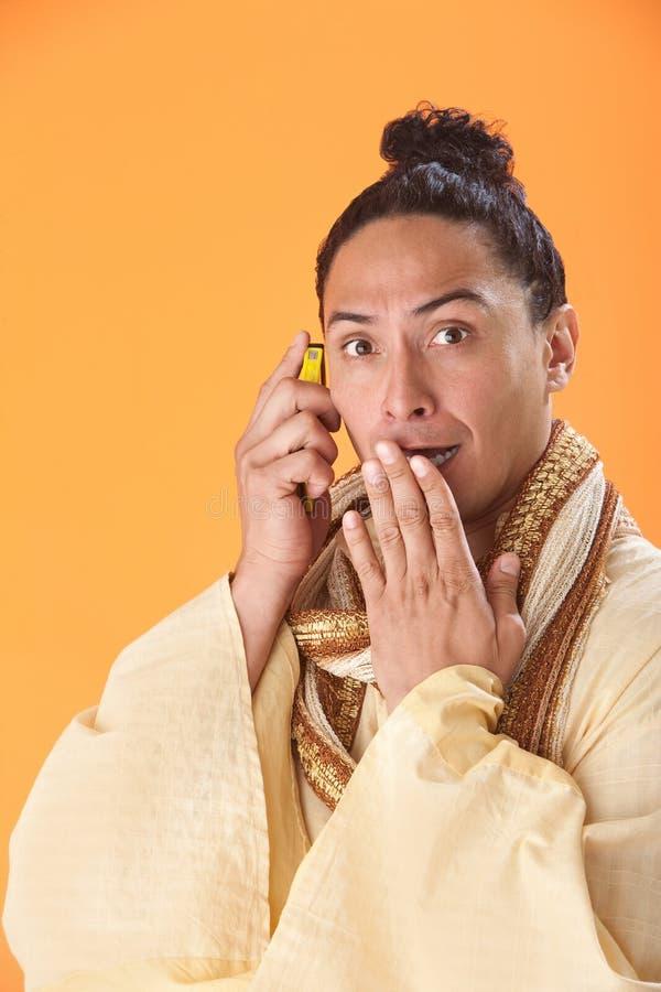 Homem choc em um telemóvel foto de stock