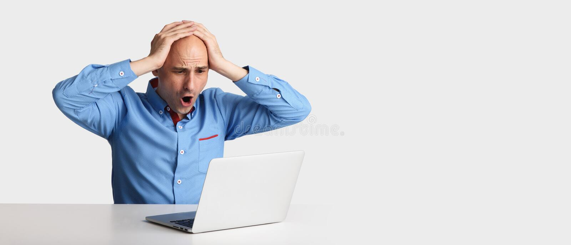 Homem chocado com laptop fotos de stock royalty free