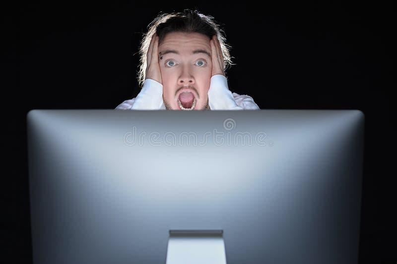 Homem chocado com seu computador foto de stock royalty free