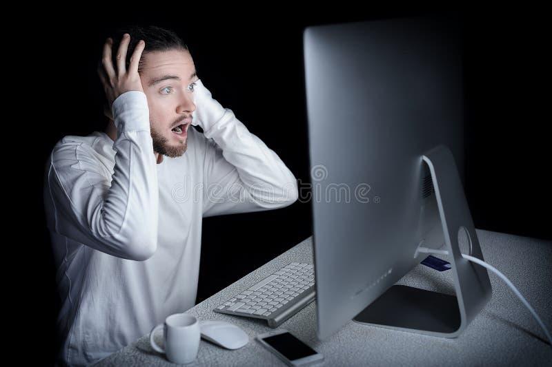 Homem chocado com seu computador imagem de stock