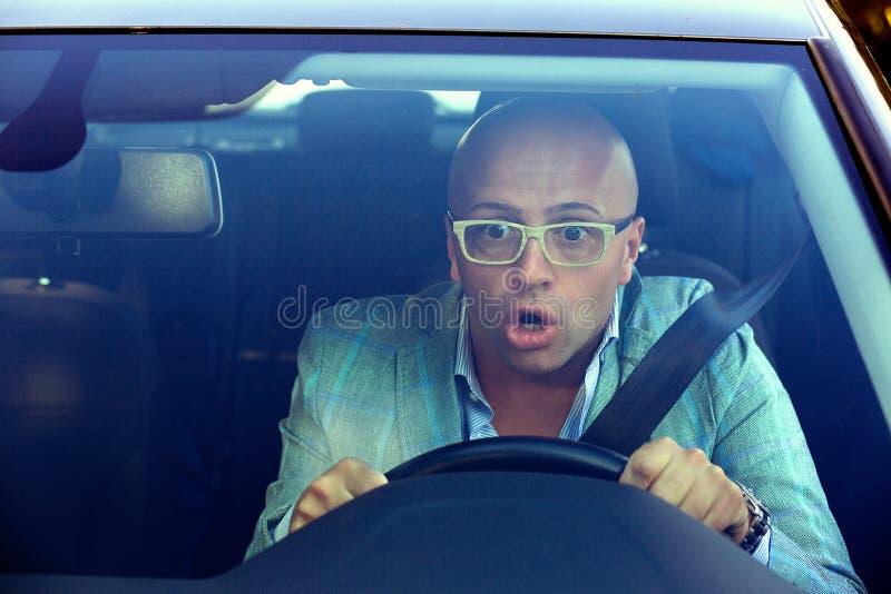 Homem chocado que conduz o carro que tem o acidente imagens de stock