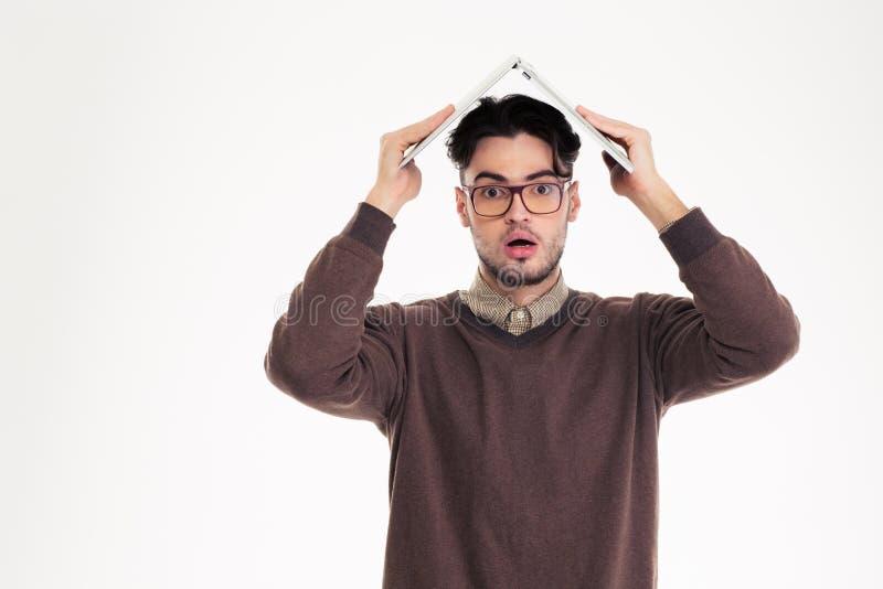 Homem chocado que mantém o laptop aéreo imagens de stock royalty free