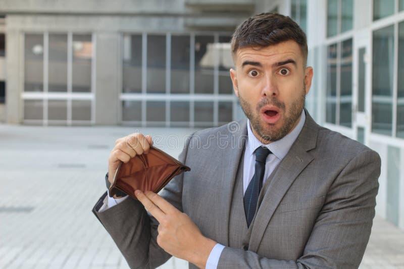 Homem chocado sem o dinheiro foto de stock