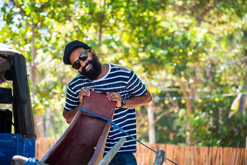 Homem cingalês alegre na praia imagem de stock royalty free