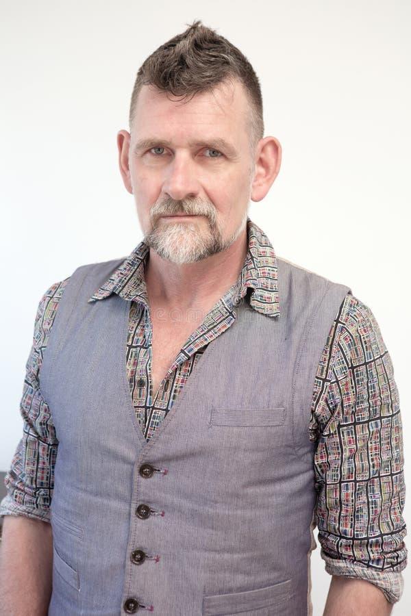 Homem cinzento-de cabelo consider?vel em seu 50s fotos de stock royalty free
