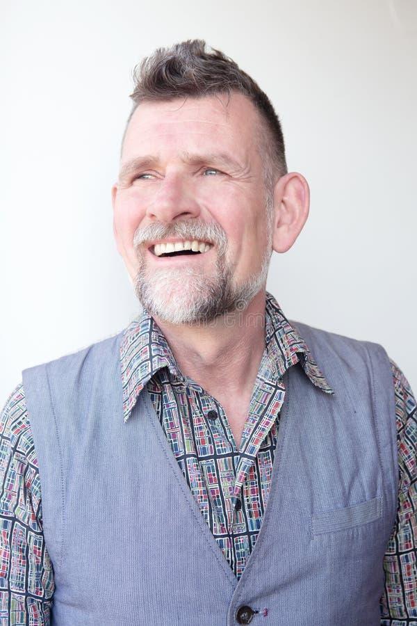 Homem cinzento-de cabelo consider?vel de sorriso em seu 50s imagem de stock