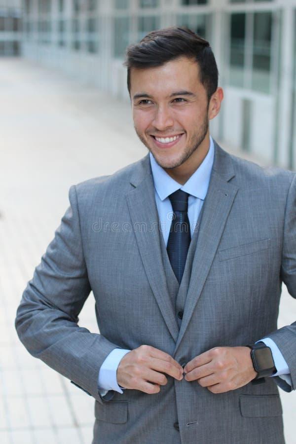 Homem classicamente bonito que abotoa-se acima de seu terno costurado foto de stock royalty free