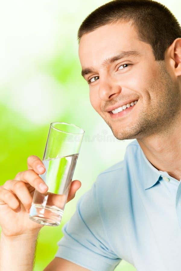 Homem com água fotos de stock