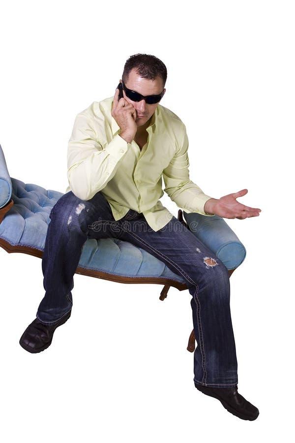 Homem com óculos de sol que fala no telefone de pilha fotografia de stock royalty free