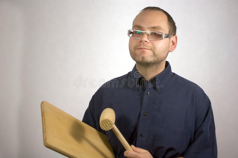 Homem com acessórios da cozinha fotos de stock royalty free