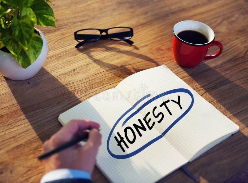 Homem com almofada de nota e conceito da honestidade fotos de stock