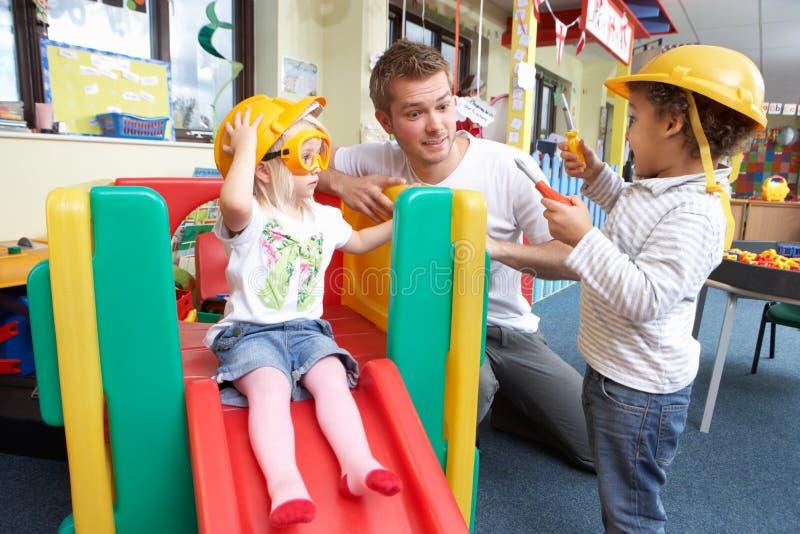 Homem com as crianças que jogam junto foto de stock royalty free