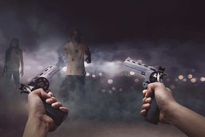 Homem com as duas armas no seu mão pronta a disparar o zom muito assustador foto de stock