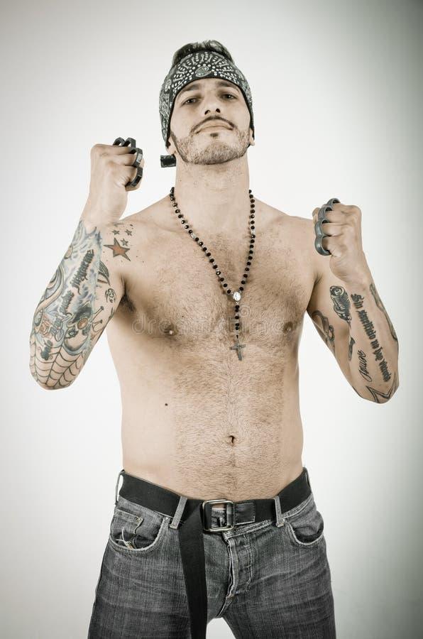 Homem com as juntas de bronze no fundo do grunge fotografia de stock royalty free