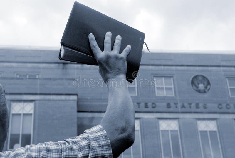 Homem com a Bíblia no protesto fotos de stock