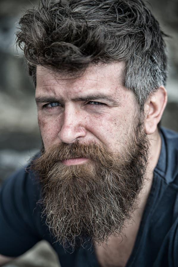 Homem com barba e bigode, fim acima O homem farpado na cara séria olha triste e incomodado, sofre dos problemas imagens de stock royalty free