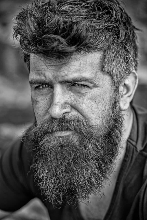 Homem com barba e bigode, fim acima O homem farpado na cara séria olha triste e incomodado, sofre dos problemas imagem de stock royalty free