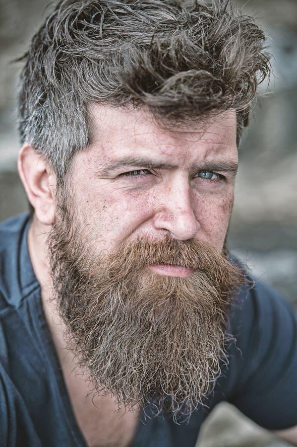 Homem com barba e bigode, fim acima O homem farpado na cara séria olha triste e incomodado, sofre dos problemas imagens de stock