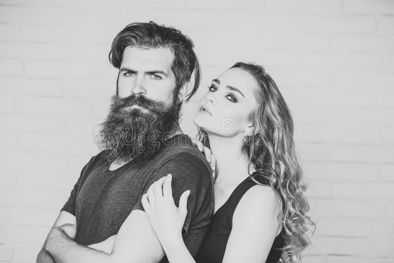 Homem com barba e mulher com cabelo louro longo foto de stock