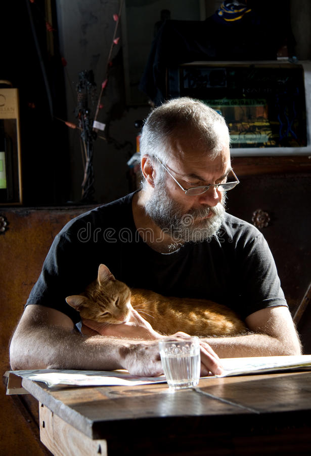 Homem com barba e seu gato fotos de stock royalty free
