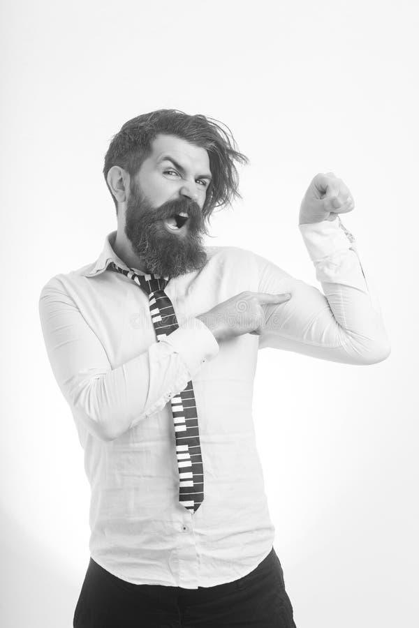 Homem com barba longa e bigode na cara irritada foto de stock
