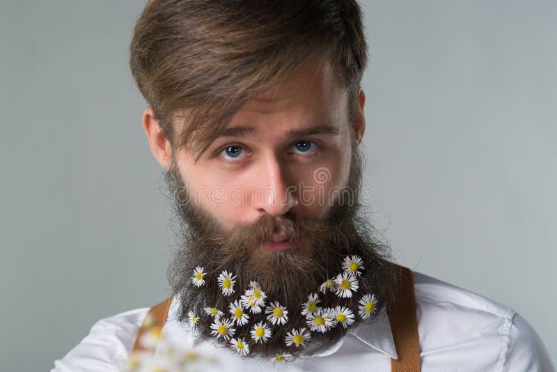 Homem com a barba na camisa e nos suspensórios brancos fotografia de stock royalty free