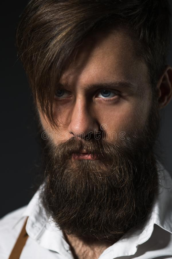 Homem com a barba na camisa e nos suspensórios brancos imagem de stock royalty free