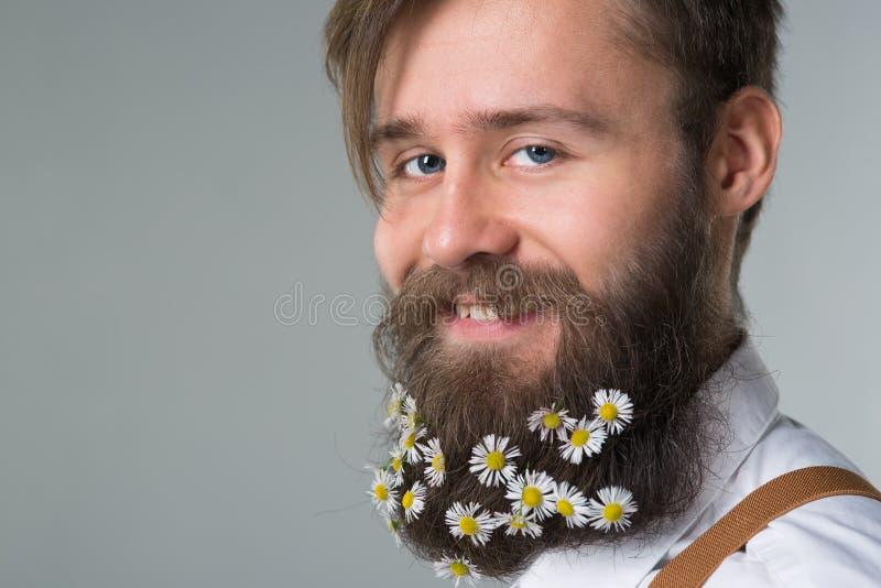 Homem com a barba na camisa e nos suspensórios brancos foto de stock