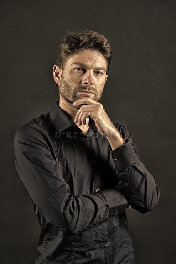 Homem com a barba na cara de pensamento Pose farpada do homem na camisa Skincare e sal?o de beleza do barbeiro Modelo de forma no fotos de stock