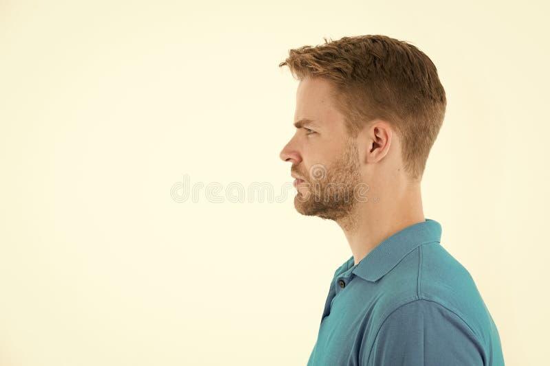 Homem com a barba na cara não barbeado no perfil Homem farpado no tshirt azul Modelo de forma com o cabelo à moda isolado sobre imagem de stock royalty free