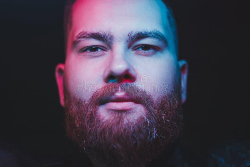 Homem com a barba que olha a c?mera foto de stock royalty free