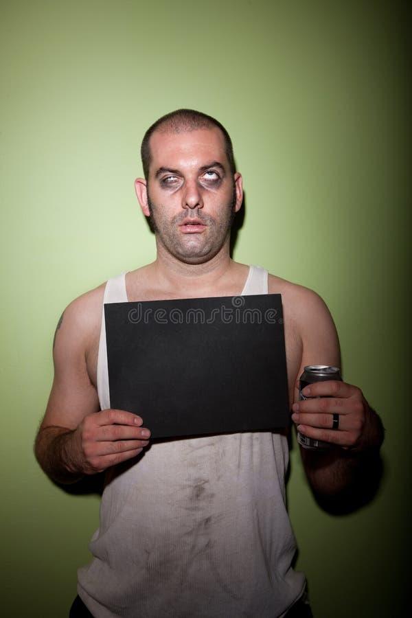 Homem com bebida no mugshot fotografia de stock