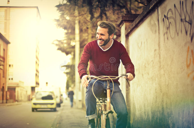 Homem com bicicleta fotos de stock