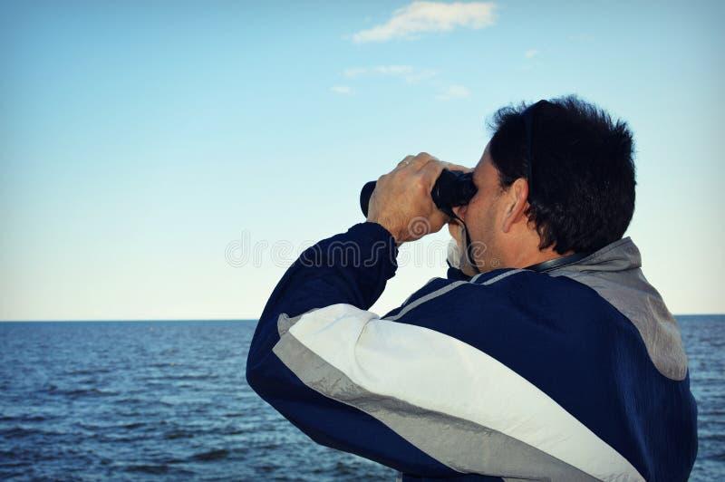 Homem com binóculos imagens de stock