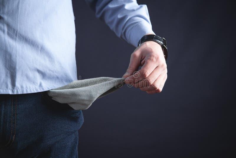 Homem com bolso vazio Nenhum dinheiro fotos de stock royalty free