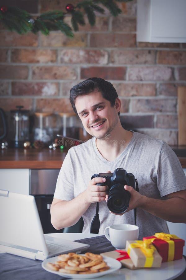 Homem com câmera e portátil no tempo do Natal foto de stock royalty free