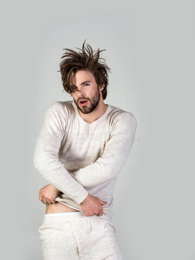 Homem com cabelo bagunçado no roupa interior imagens de stock