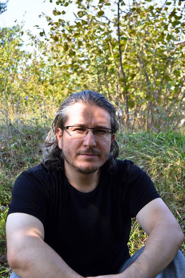 Homem com cabelo longo imagens de stock