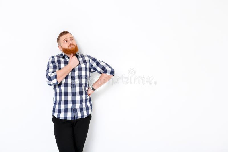 Homem com cabelo vermelho e barba na camisa de manta fotos de stock