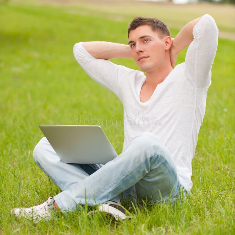 Homem com caderno foto de stock royalty free