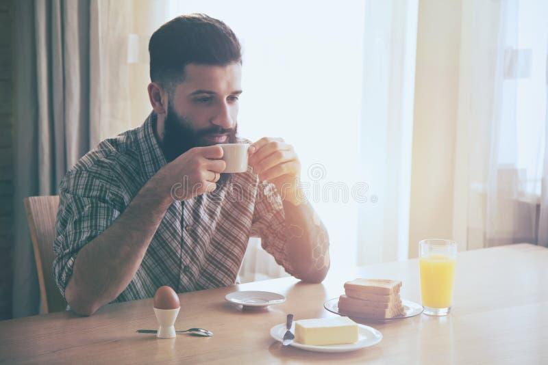 homem com café da manhã e xícara de café fotografia de stock royalty free