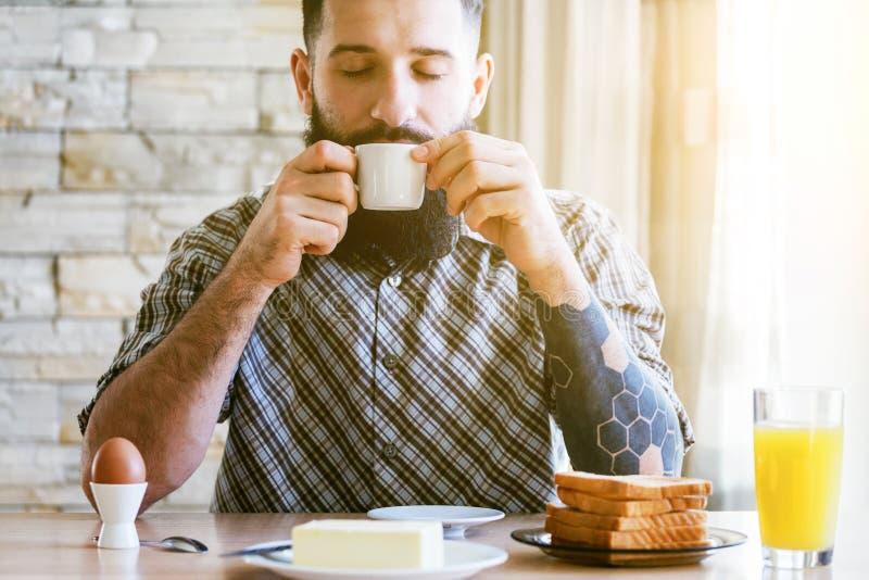 homem com café da manhã e xícara de café imagens de stock
