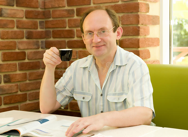 Homem com café no café foto de stock royalty free